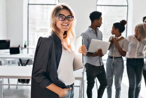 mulher-no-mercado-de-trabalho-mulher-com-um-grupo-de-pessoas-da-sua-equipe